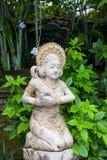 Dziewczyny statua w bielu kamieniu w balijczyka stylu obraz stock