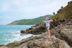 Dziewczyny stojaki przed morzem na skałach Zdjęcie Royalty Free