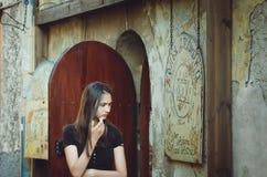 Dziewczyny stojaki przy wejściem alchemika sklep w Vyborg obrazy stock