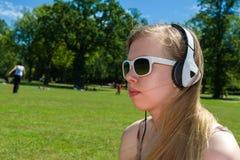 Dziewczyny słuchająca muzyka Obrazy Royalty Free