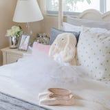 Dziewczyny sypialnia z baletów butami i suknią Fotografia Stock