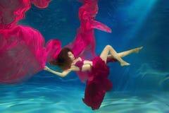 Dziewczyny syrenka scena podwodna Kobieta, moda model w Zdjęcia Stock