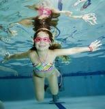 dziewczyny szczęśliwy mały basenu underwater Zdjęcia Royalty Free