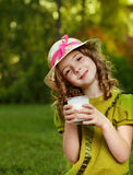 dziewczyny szkła mleko obraz stock