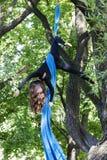 Dziewczyny szkolenie na jedwabiach na na wolnym powietrzu Fotografia Stock