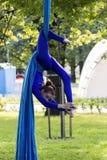 Dziewczyny szkolenie na jedwabiach na na wolnym powietrzu Fotografia Royalty Free