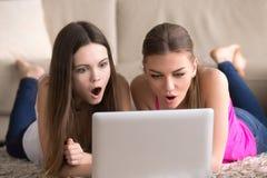 Dziewczyny szokować oglądający film w domu Obrazy Stock