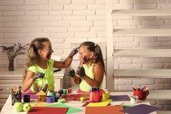 Dziewczyny sztuka z kolorami Dziecko artyści z malować rękami zdjęcia stock