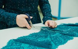 Dziewczyny szwaczka pracuje w jego studiu Kobieta wręcza trzymać parę nożyce fotografia stock