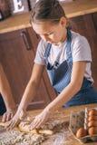 Dziewczyny toczny ciasto na kuchni obrazy royalty free