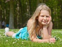 dziewczyny trawy łgarski nastolatek obrazy stock