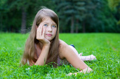 dziewczyny trawy łgarscy potomstwa Obrazy Royalty Free