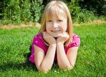 dziewczyny trawy łgarscy potomstwa Obraz Royalty Free