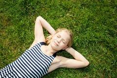 dziewczyny trawy łgarscy potomstwa Zdjęcia Royalty Free