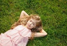 dziewczyny trawy łgarscy potomstwa Zdjęcie Stock