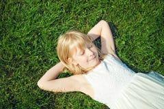 dziewczyny trawy łgarscy potomstwa Fotografia Stock