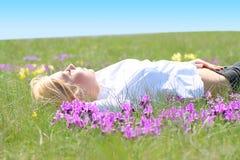 dziewczyny trawy lying on the beach Zdjęcie Royalty Free