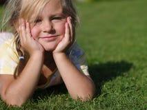 dziewczyny trawy mały lying on the beach Zdjęcie Royalty Free
