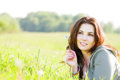 dziewczyny trawy relaksujący potomstwa Zdjęcia Stock