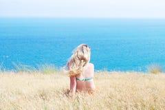 dziewczyny trawy siedzący kolor żółty Obraz Royalty Free