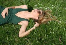 dziewczyny trawy szczęśliwy lying on the beach fotografia royalty free