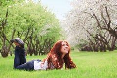 dziewczyny trawy zieleni łgarscy potomstwa Obraz Royalty Free