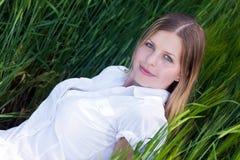 dziewczyny trawy zieleni lying on the beach Zdjęcia Stock