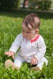 dziewczyny trawy zieleni mały obsiadanie Zdjęcie Royalty Free