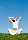 dziewczyny trawy zieleni medytacja Fotografia Royalty Free