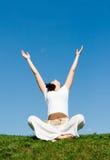 dziewczyny trawy zieleni medytacja Obraz Royalty Free