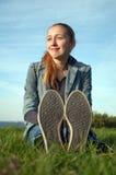dziewczyny trawy zieleni obsiadania uśmiechnięci potomstwa Fotografia Royalty Free