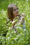 dziewczyny trawy zieleni portret Fotografia Stock