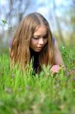 dziewczyny trawy zieleni portreta potomstwa Zdjęcia Stock