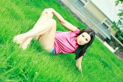 dziewczyny trawy zieleni pozy Fotografia Stock