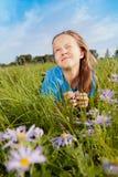 dziewczyny trawy zieleni szczęśliwi kłamstwa Fotografia Stock