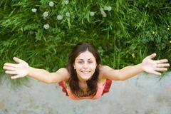 dziewczyny trawy zieleni szczęśliwi stojaki obraz stock