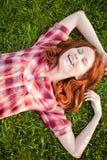 dziewczyny trawy zieleni szczęśliwy target316_0_ Zdjęcia Royalty Free