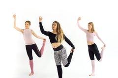 Dziewczyny trenują joga pilates zdjęcia royalty free
