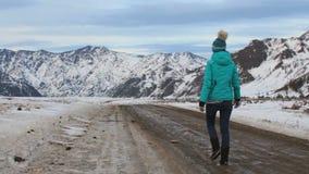 Dziewczyny turystyczny odprowadzenie wzdłuż drogi przy górami dolinnymi zbiory
