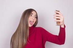Dziewczyny twarz gestykuluje zabawa jęzor out zdjęcia stock