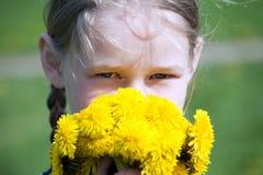 Dziewczyny twarz z żółtymi dandelions obraz royalty free