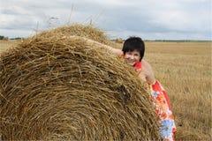 dziewczyny uśmiechnięta sterty słoma Fotografia Royalty Free