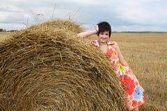 dziewczyny uśmiechnięta sterty słoma Zdjęcia Stock