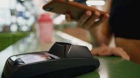Dziewczyny używać śmiertelnie wynagrodzenia i smartphone dla zakupów zbiory