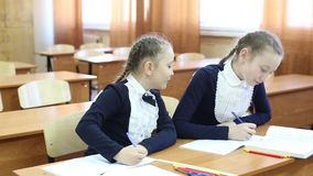 Dziewczyny uczennicy zerkni?cie each inny w notatniku zdjęcie wideo