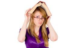 Dziewczyny ucznia utrzymanie na głowie słownik zdjęcia stock