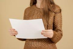Dziewczyny ulotki broszurki czytelnicza pusta biała broszura Ulotka teraźniejsza Zdjęcia Royalty Free
