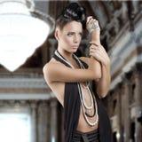 dziewczyny włosianego jewellery zmysłowy styl fotografia stock