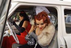 dziewczyny w ślubnych sukniach przy festiwalem panny młode w Yalta na 3rd 2011 Październik Ukraina obraz royalty free