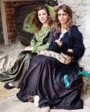 Dziewczyny w Środkowych Eval ubraniach, wężu przy kasztelem i Zdjęcia Stock